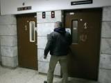 Picture: Пиян 19-годишен се изходи в асансьор и омаза с екскременти кабината