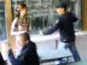 Ученици нападат учителка