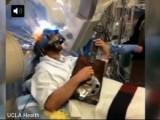 """Picture: Уникално! Актьор от """"Доктор Хаус"""" свири на китара, докато му оперират мозъка (ВИДЕО)"""