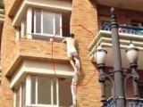 Picture: Вижте как любовник бяга от рогоносеца през балкона! (ВИДЕО)