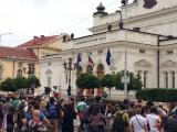 Picture: Народното събрание отново под обсада!  Мая Манолова и компания геройски се трудят вътре