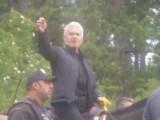 Picture: Сидер ага показва среден пръст на раята