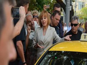 Мая Манолова бяга от протестиращи
