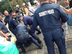 Полицията бие и арестува протестиращи пред Народното събрание!