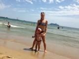 Picture: Жената на Коцето показа пищни форми  на плажа!