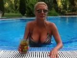 Picture: Горещо:Венета Райкова показва увиснала гръд,малее...