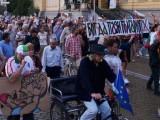Picture: Екшън пред парламента! Протестиращи пробват да нахлуят при депутатите!