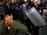 Picture: Полицаят, удрял протестиращи, може да получи 3 години затвор