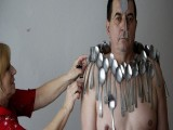 Picture: Вижте човекът – магнит! Привлича всякакви предметите с тялото си