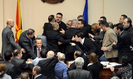 Масов бой в македонския парламент