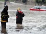 Picture: Полицаи охраняват наводнените къщи в Мизия