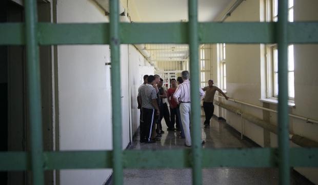 Надзирателите в затворите