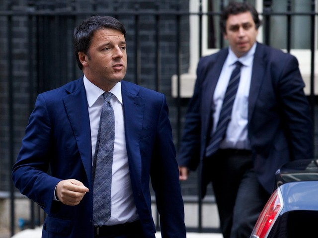 Италианският премиер посреща с усмивка обстрел с яйца