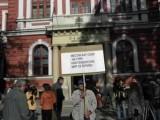 Picture: Стотици кюстендилци обсаждат централата на ДПС в София