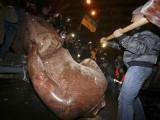 В Украйна рушат десетки паметници на Ленин и на Съветската власт