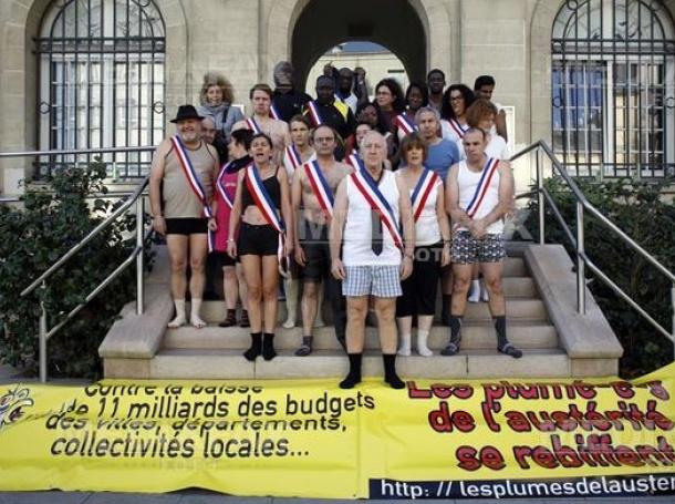 Френски депутати се съблякоха по слипове