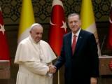Picture: Турска актриса засипана с обиди, че е превеждала на папа Франциск