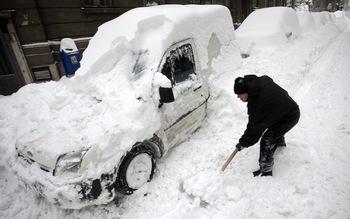 Два циклона носят сняг и сковаващ студ
