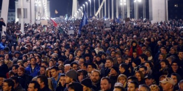 Хиляди унгарци протестираха срещу Орбан