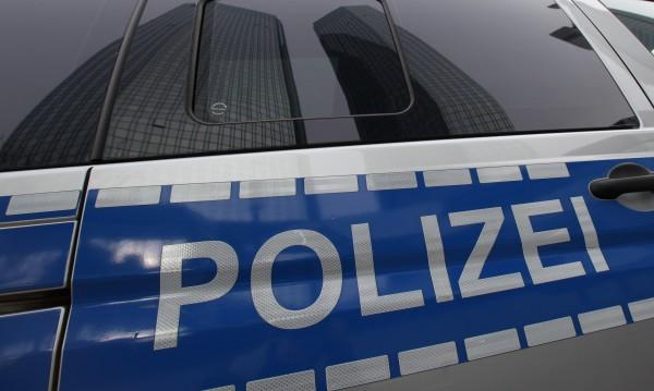Германската полиция е извършила антиконтрабандни акции в 9 провинции на федералната република – арестувани са 11 души, а един е задържан в България при съгласувани с Европол и българските власти действия. Полицията в Германия е претърсила  44 жилища и бизнес помещения, иззети са около 55 000 евро, подправени визи и паспорти, фалшиви пари, оръжия, боеприпаси и наркотици. В спецакцията са участвали над 500 служители на правоохранителните органи.