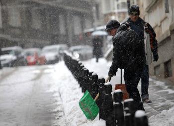 В София кърпят повредените от снега и студа улици