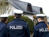 Picture: Кордон от полицаи охранява къщата на Лубиц от гнева на германците