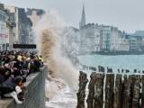 Приливът на века привлече хиляди туристи в Нормандия