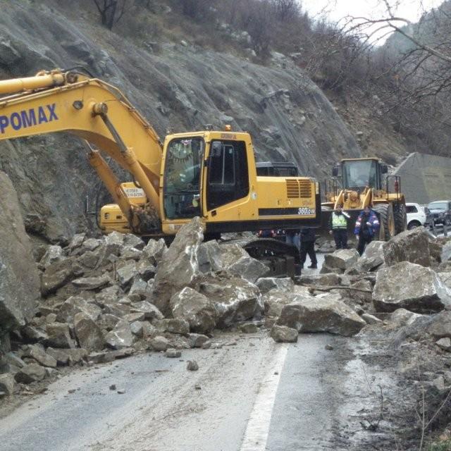 4 000 тона скали са паднали на пътя за Смолян