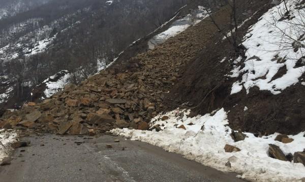 10 000 тона скали блокират от дни пътя към Родопите