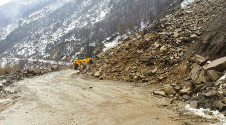 Ново свлачище блокира пътя Асеновград - Смолян