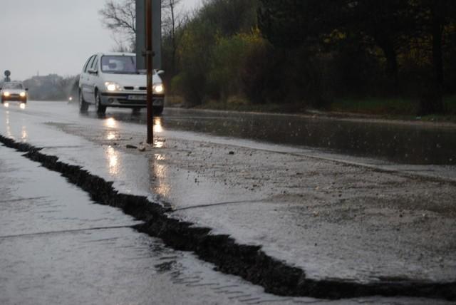 Пукнатина на асфалта затруднява движението по магистрала Струма