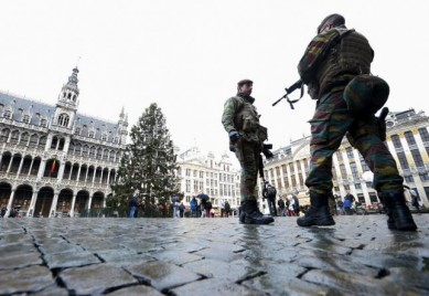 Belgian soldiers patrol Brussels' Grand Place, November 22, 2015, after security was tightened in Belgium following the fatal attacks in Paris. REUTERS/Yves Herman