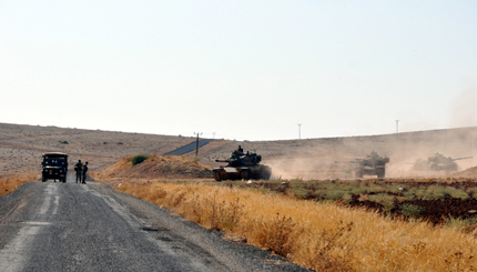 epa03848976 A picture made avaliable on 03 September shows Turkish soldiers patrol with tanks near Suruc district at Turkey - Syria border in Sanliurfa city, Turkey on 02 September 2013. The number of Syrians who have fled their homes during the conflict has risen to 6.25 million, the largest refugee group of any country in the world, the UN refugee agency said 03 September in Geneva.  EPA/MEHMET EMIN/ANADOLU AGENCY turkey out  EDITORIAL USE ONLY/NO SALES/NO ARCHIVES