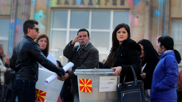 epa05668624 Electoral officials carry sealed voting boxes to polling stations a day before the elections in Kavadarci, The Former Yugoslav Republic of Macedonia, 10 December 2016.  Macedonia will hold early parliamentary elections on 11 December 2016.  EPA/NAKE BATEV