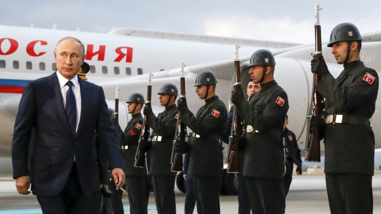 epa06232836 Russian President Vladimir Putin (L) walks by an honor guard during an official welcome ceremony  at Esenboga airport in Ankara, Turkey, 28 September 2017. Vladimir Putin is in Turkey for one day visit.  EPA/MIKHAIL METZEL / KREMLIN POOL /SPUTNIK / POOL MANDATORY CREDIT