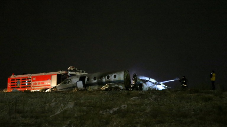 epa06218217 Firefighters try to extinguish a burning private plane after it crashed at Ataturk Airport in Istanbul, Turkey 21 September 2017. A Cessna 650 Citation 7 crashed during an emergency landing. According to local newspapers captain has died and four passengers were wounded.  EPA/ERDEM SAHIN