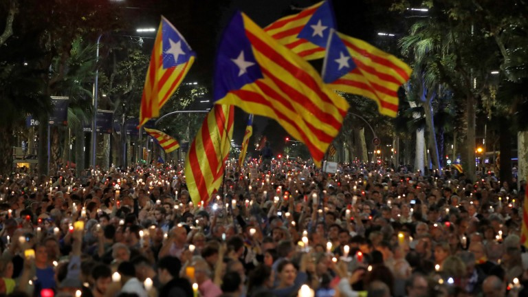 epa06271828 Thousands of people protest in downtown Barcelona, Spain, 17 October 2017. Demonstrators are protesting the imprisonment of leaders of independent organizations, Catalonian National Assembly, Jordi Sanchez, and Omnium Cultural, Jordi Cuixart. National Court magistrate Carmen Lamela sent  Sanchez and Cuixart to prison for a sedition offense.  EPA/Alberto Estevez