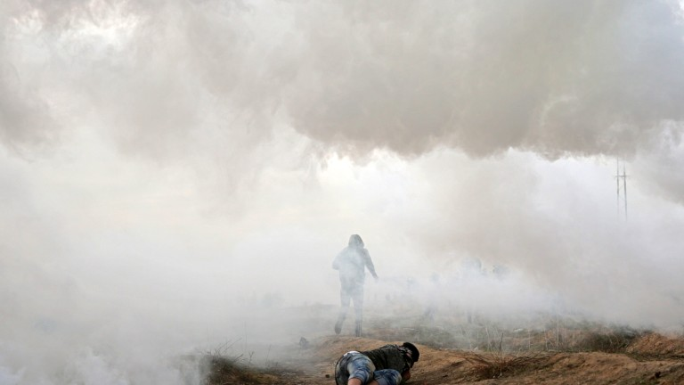 epa06385848 Palestinian protesters during clashes near the border with Israel in the east of Gaza City, 12 December 2017. Clashes erupted as ongoing protests were held against US President Trump's 06 December announcement he is recognising Jerusalem as the Israel capital and will relocate the US embassy from Tel Aviv to Jerusalem.  EPA/MOHAMMED SABER