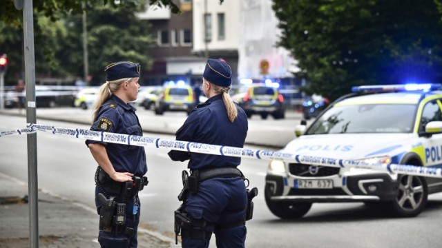 epa06819813 Police stand next to a cordon after several people were wounded by gunfire in central Malmo, southern Sweden, 18 June 2018, according to media reports quoting Swedish police.  EPA/Johan Nilsson/TT SWEDEN OUT