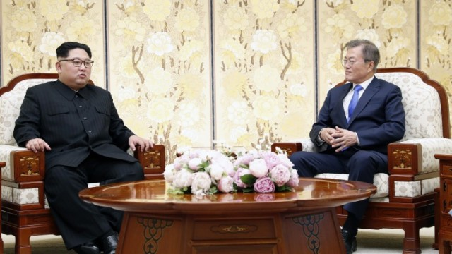 epa06696729 South Korean President Moon Jae-In (R) talks with North Korean leader Kim Jong-Un (L) at the Peace House on the Joint Security Area (JSA) on the Demilitarized Zone (DMZ) in the border village of Panmunjom in Paju, South Korea, 27 April 2018. South Korean President Moon Jae-in and North Korean leader Kim Jong-un are meeting at the Peace House in Panmunjom for an inter-Korean summit. The event marks the first time a North Korean leader has crossed the border into South Korea sine the end of hostilities during the Korean War.  EPA/KOREA SUMMIT PRESS POOL