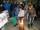Picture: Срещу ЧЕЗ: Подпалиха ритуално грамадни сметки за ток