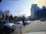 Picture: Уникално! Жена изпада от джип, догонва го и пак сяда зад волана (ВИДЕО)