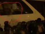 РАЗКРИТИЕ! Прозорците на депутатския автобус са били избити ОТВЪТРЕ! (ВИДЕО)