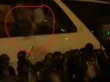 Picture: РАЗКРИТИЕ! Прозорците на депутатския автобус са били избити ОТВЪТРЕ! (ВИДЕО)