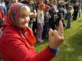Picture: Смях! Червени бабички си налитат на БОЙ заради СТАНИШЕВ! (ВИДЕО)