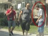 Picture: Ужас! Трима смляха от бой младо момче, десетки гледат безучастно