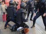 Picture: Позор: Полицаи унижават протестиращи