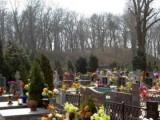 Picture: WTF? Родители срещнаха починалия си син, докато слагали цветя на гроба му!