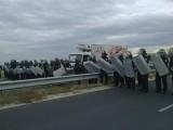 Picture: Екшън на магистралата! Жандармеристи срещу фермери (ВИДЕО)