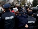 Picture: Срам! Депутатите напуснаха парламента при плътен полицейски кордон